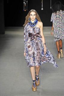 Muito azul no vestido assimétrico