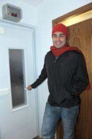 Thiago Lacerda testa roupa em cabine de cinco graus negativos