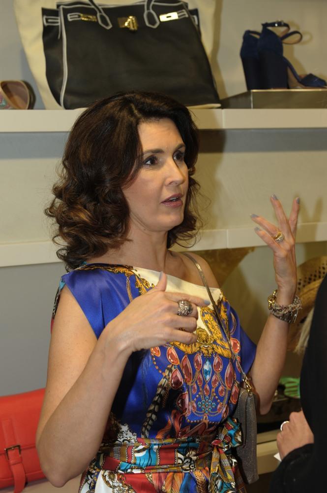Fátima Bernardes vai a inauguração na Barra