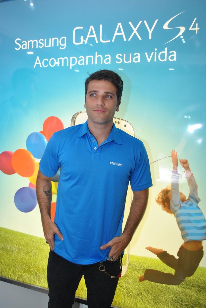 Bruno Gagliasso vai a inauguração no Shopping Leblon