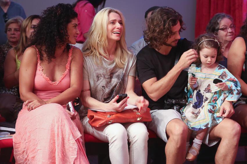 Letícia Spiller assiste apresentação musical do filho