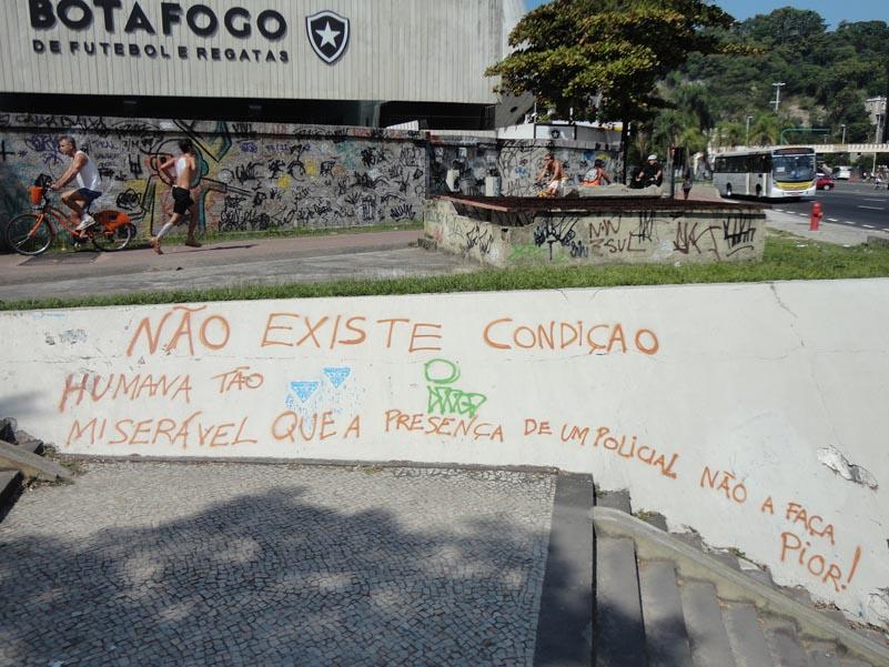 Registro da parede de uma das passagens subterrâneas de pedestres da praia de Botafogo