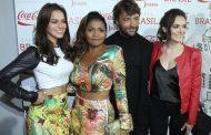 Bruna Marquezine e Isabelle Drummond desfilam no Fashion Rio