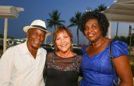 Belisa Ribeiro lota restaurante em lançamento