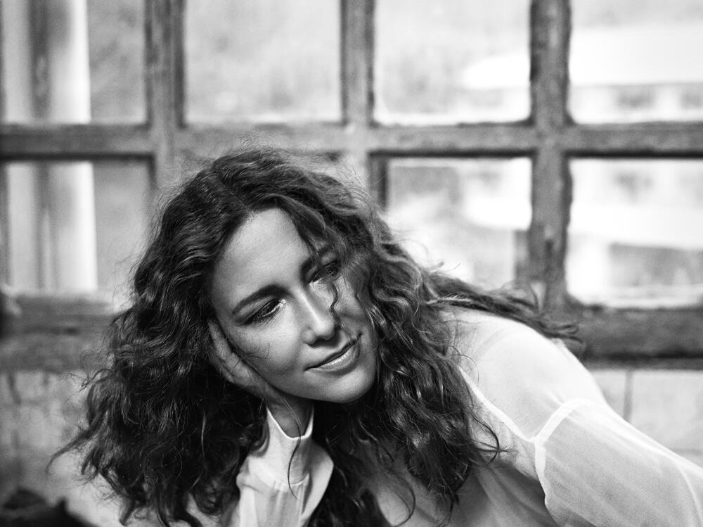 Adriana Varejão é garota propaganda da vodka Absolut