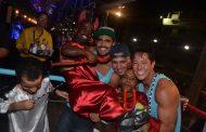 Caio Castro curte carnaval em Salvador