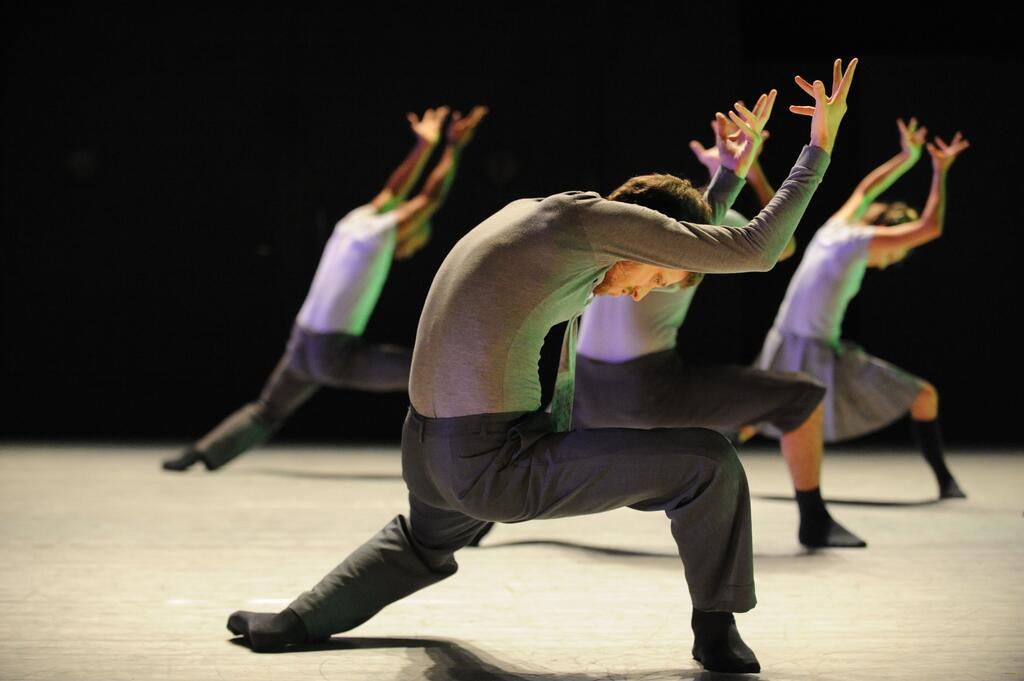 Bailarinos conectados em festival de dança