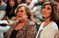 Beth Goulart faz companhia à mãe