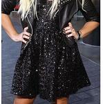 Demi Lovato com vestido preto e sapato abotinado