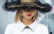 Olhar o luxo dos chapéus de palha e gorros na Alta Costura Chanel. Lagerfeld sempre de olho na street