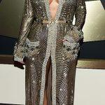 Kim Kardashian com fenda e decote de Jean Paul Gaultier