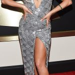 Lady Gaga criou o seu modelo prateado com grande fenda
