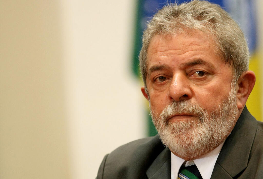 Lula lá, bem longe de Dilma