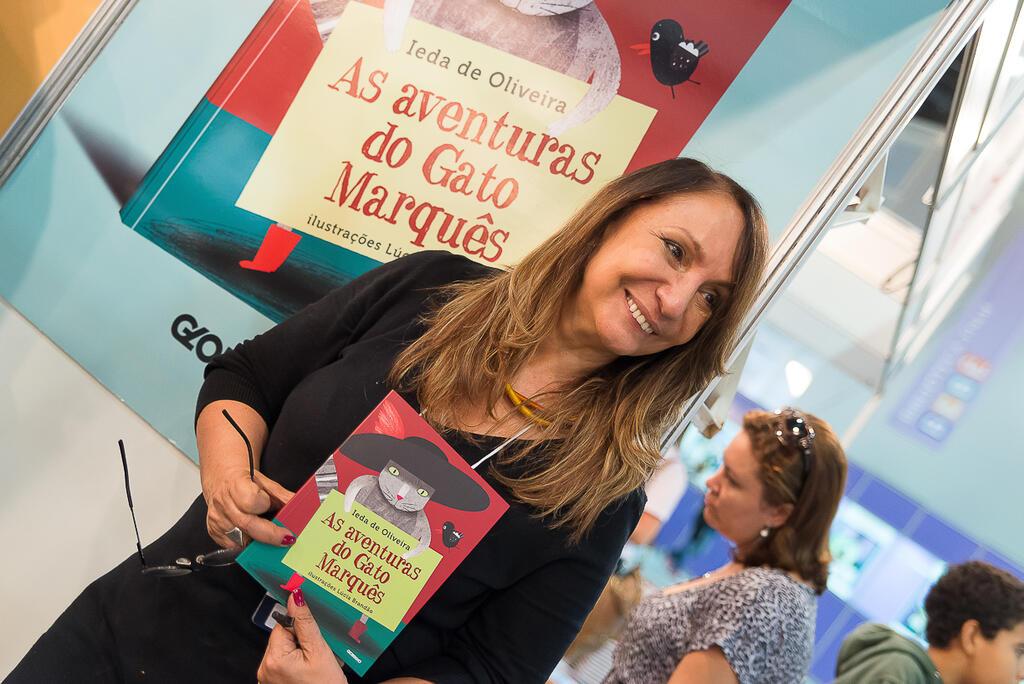 Escritora Ieda de Oliveira visita escolas em Paris