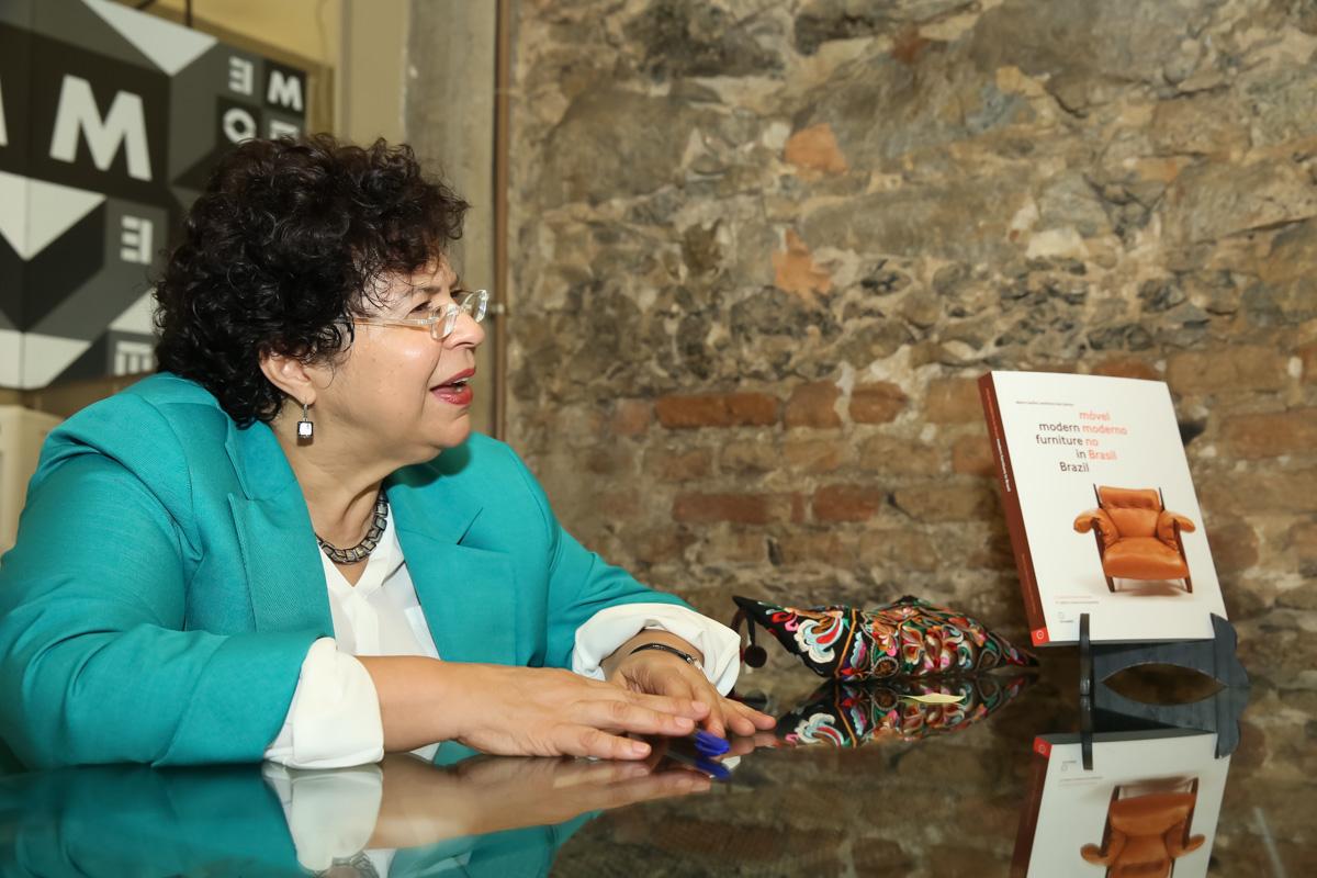 No Rio, Maria Cecilia autografa reedição de livro