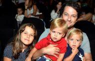 Famosos levam filhos ao teatro