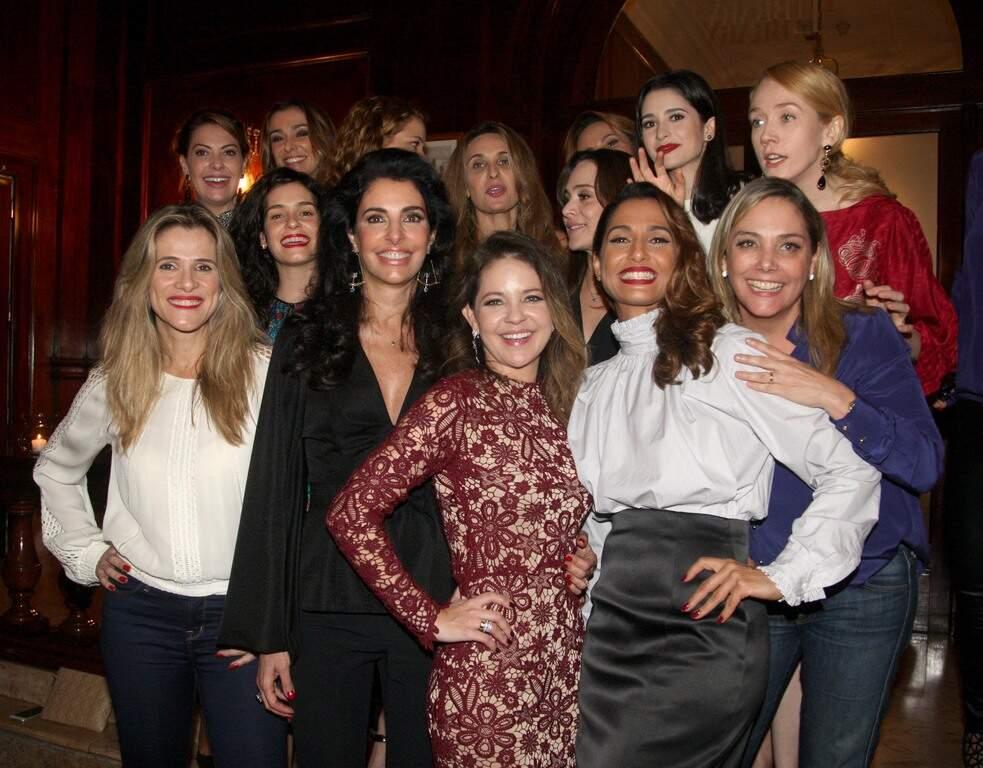 Camila Pitanga e Antonia Frering armam jantar para Denise Barcelos