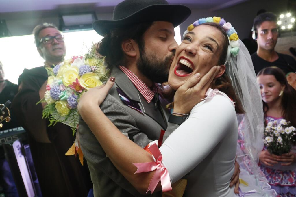 Adriana Birolli e Marco Antônio Gimenez se casam em arraiá