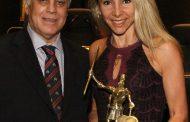 Claudia Cataldi recebe Prêmio Dom Quixote