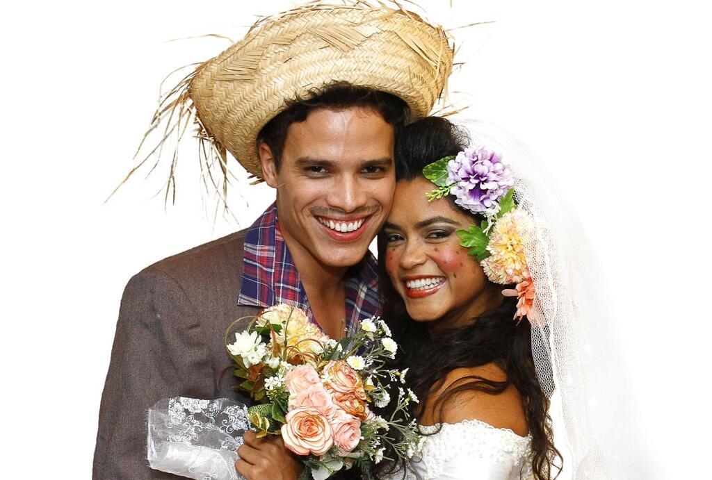 Lucy Alves e Marcos Lessa se casam em arraiá
