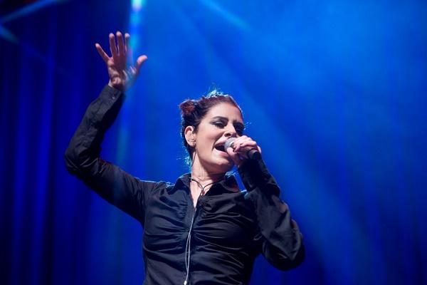 Fernanda reinventa a roda pop em show de acento acústico