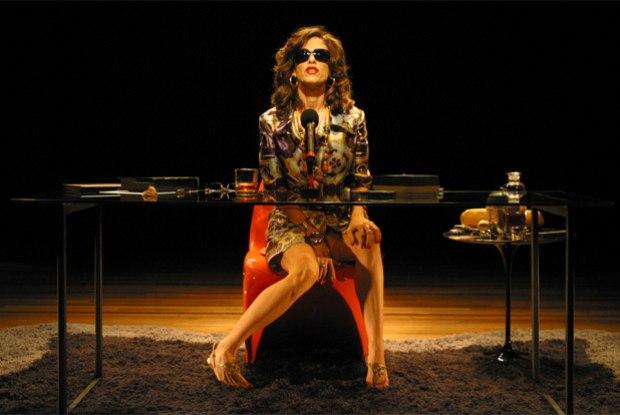 Fernanda Torres enxerga crise de valores no mundo e afaga SP em nova temporada de peça