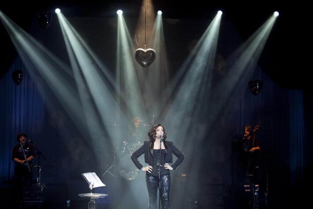 """Marisa cresce como cantora, mas """"Romance"""" ainda se vale de mis-en-scene cômico"""