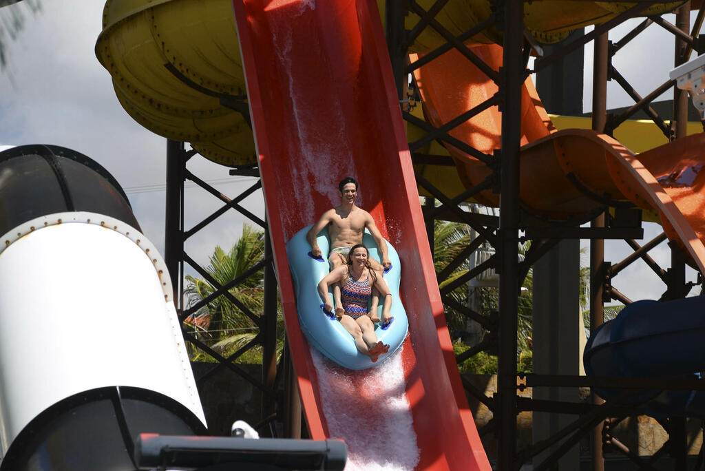 Mateus Solano se diverte com a família em parque aquático