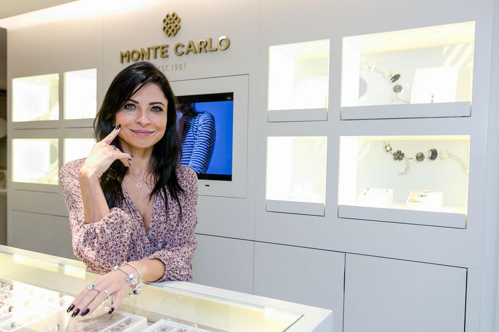 72262e3dff9 Famosas marcam presença em lançamento de joias