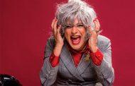 """""""Amor você aprende amando, se estrepando"""", explica Nilton Bicudo, que vive conselheira sentimental no teatro"""