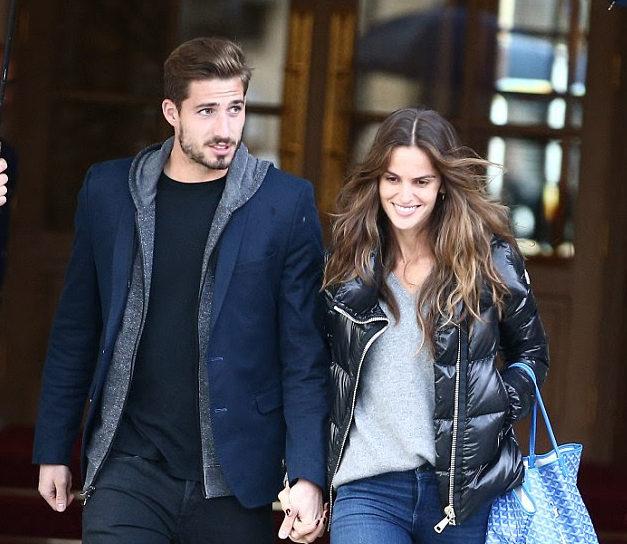 Top Izabel Goulart 'desfila' com namorado em Paris