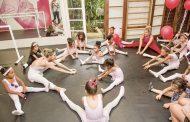Karina Bacchi e Betina Dantas dão aula de ballet para meninas da ONG Florescer