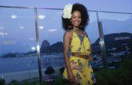 Atrizes curtem o som da Orquestra Voadora em Botafogo