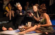 Após oferecer picnic em lancha e nudes em financiamento, grupo estreia peça