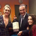 Tamara, Julio e a filha Ana Luisa mais o garrafão de raro vinho do Douro presenteado ao Chicô