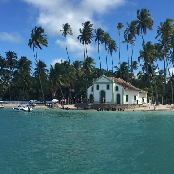 A igreja se São Benedito na Praia dos Carneiros
