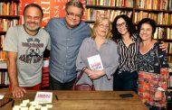 Flavio Marinho lança livro e comora 30 anos de carreira
