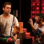 """Comédia """"Será que a gente influencia o Caetano?"""" reestreia no Teatro Glauce Rocha"""