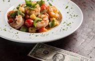 Restaurante serve  nhoque acompanhado de  nota de dólar