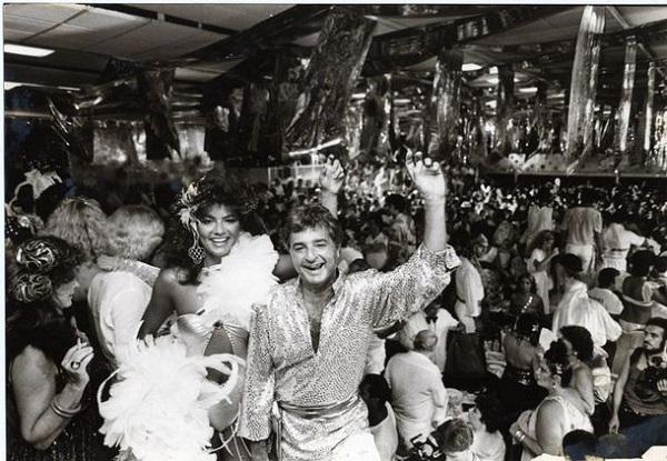Com Luiza Brunet num dos Bailes do Champagne, também criação de HS