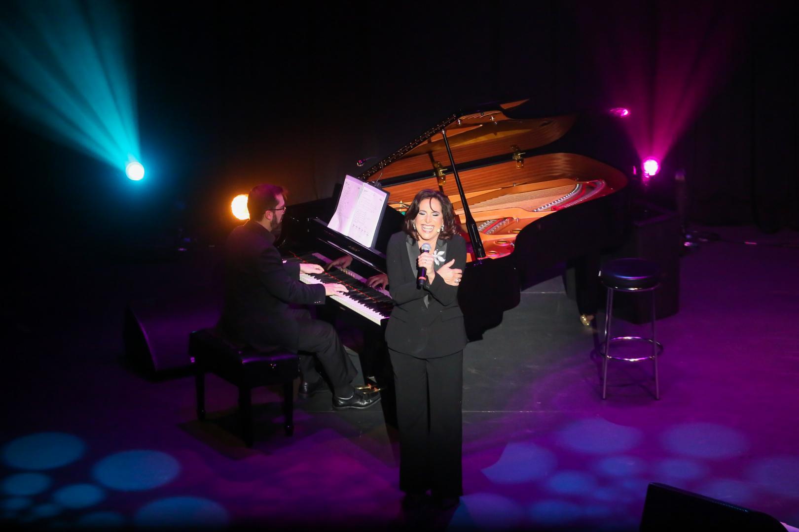 Com classe, Totia Meireles dribla nervosismo e se prova grande cantora em show retrospectivo