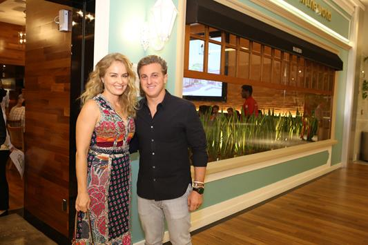 Luciano Huck e Angélica na inauguração do novo restaurante do apresentador