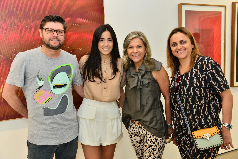Participantes da ArtRio visitam exposição  de Laura Vinci