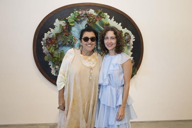Regina Casé confere nova exposição de Adriana Varejão