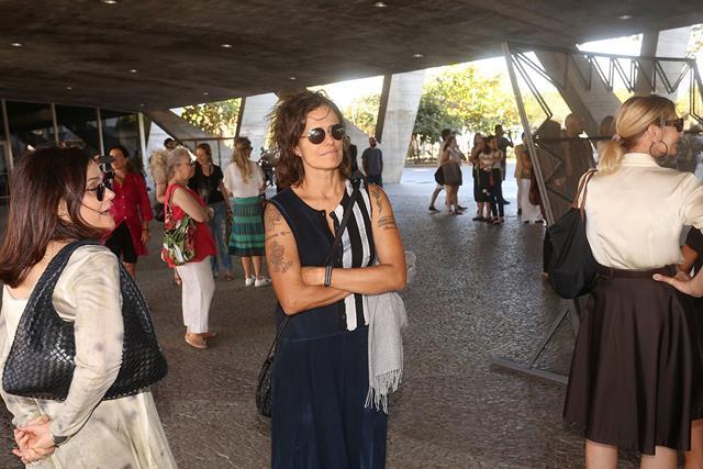 Zélia Duncan confere mostra que reúne obras de 10 artistas da cena contemporâneanos jardins do MAM