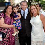 João de Deus entre sua esposa Ana e sua filha Mariana Francisca e Cissa Guimarães