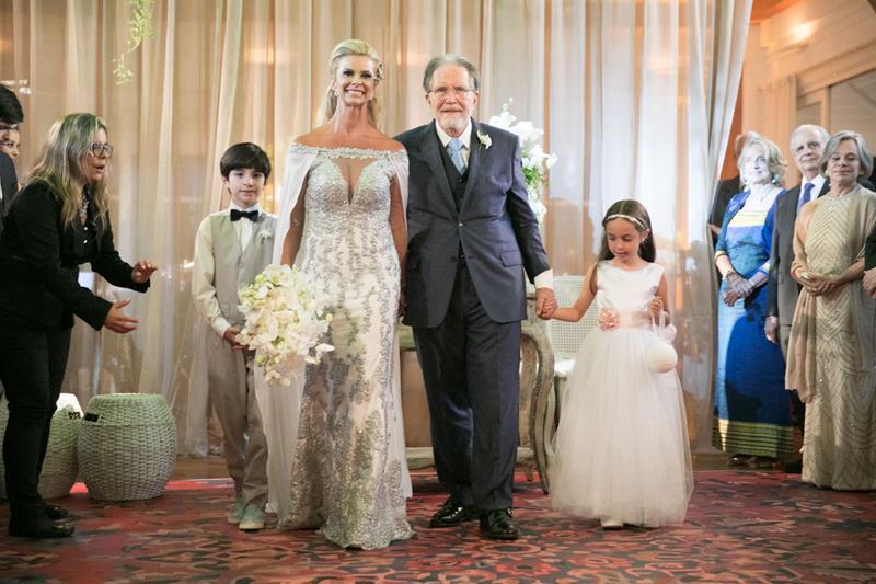 O casamento do embaixador Brian Michael Neele com Carla Pimentel agita o Golf Clube