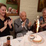 Haroldo Bezerra cercado por Mara Pagani e Maria Luiza Marques Moraeira cantando parabéns