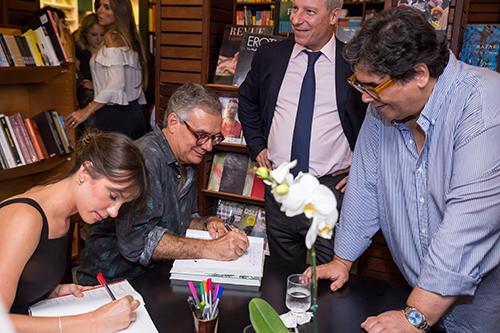 """Centenas de pessoas prestigiam o lançamento do livro """"A Vista do Rio"""""""
