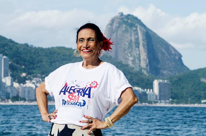 """Ellen de Lima veste a camisa do bloco  """"Alegria Sem Ressaca"""""""